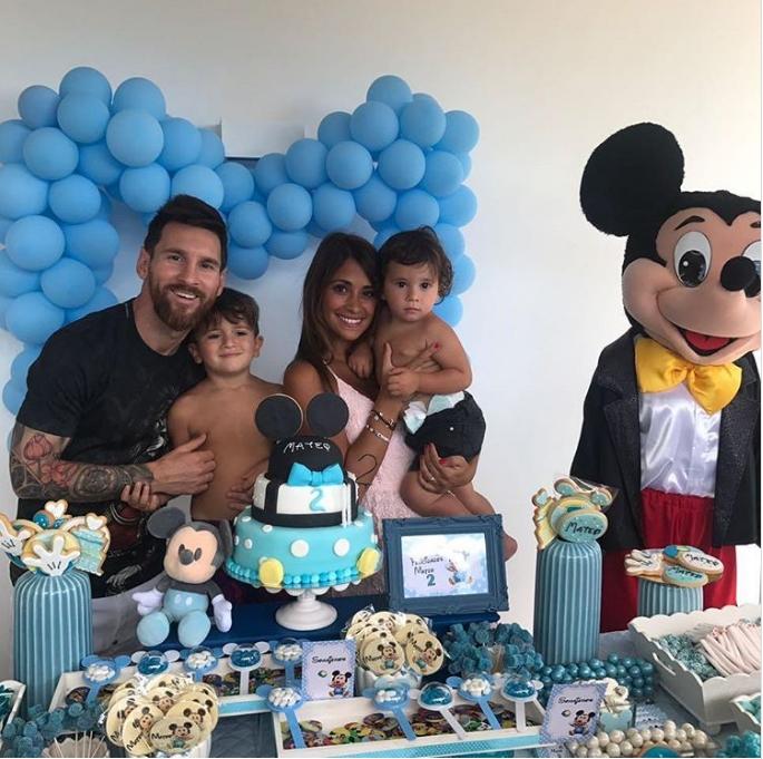 Hai con trai Messi trần trùng trục dễ thương mừng sinh nhật - Ảnh 1.