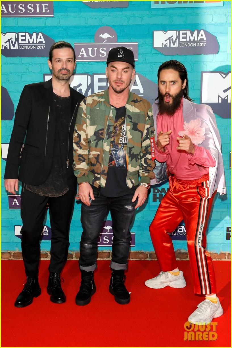 Thảm đỏ EMA 2017: Demi Lovato chỉ mặc mỗi áo vest che vòng 1, áp đảo dàn sao nữ về độ sexy - Ảnh 12.