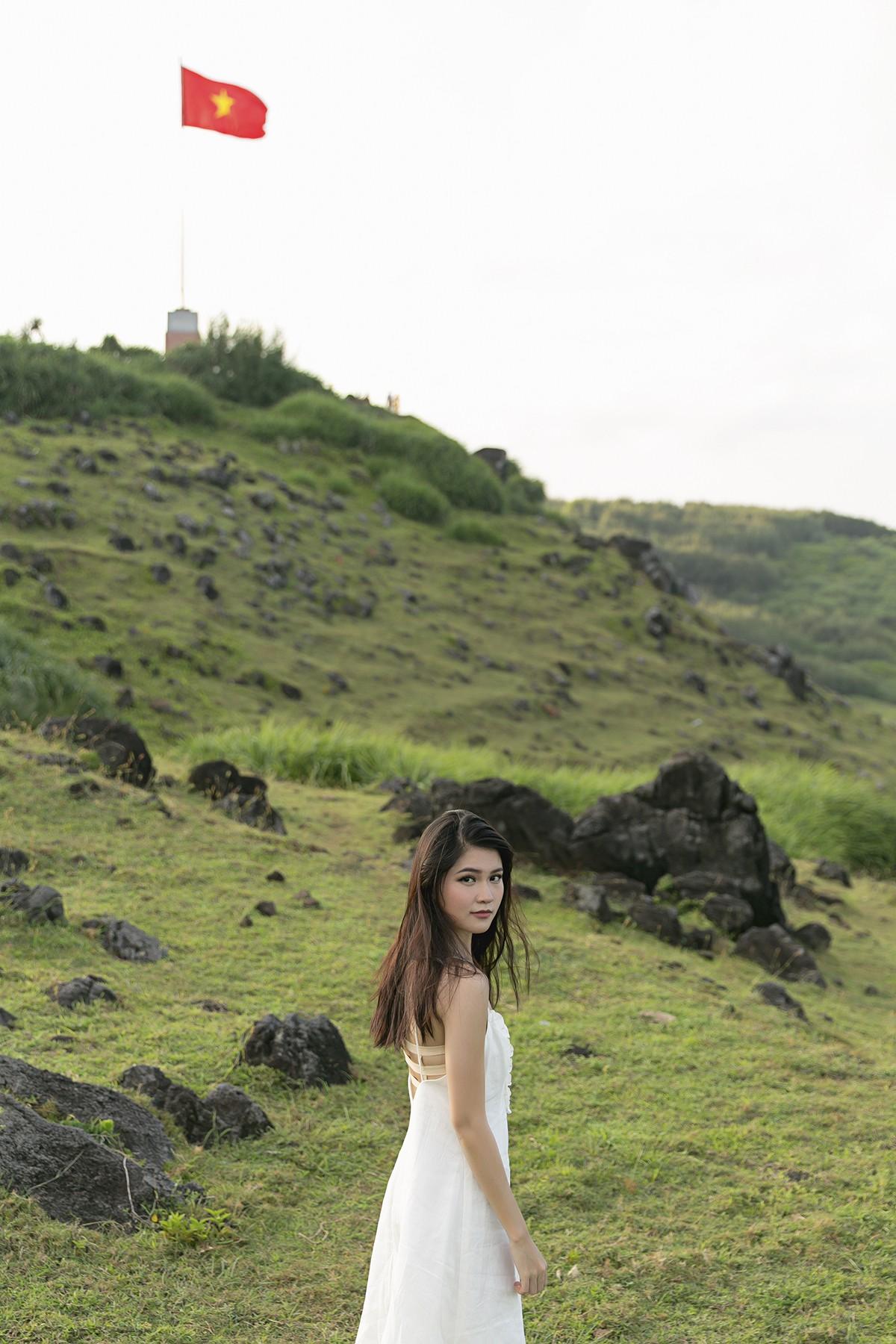 Không chỉ giỏi tiếng Anh, Thùy Dung còn trổ tài hát tiếng Nhật trong clip quảng bá vẻ đẹp biển đảo Việt Nam - Ảnh 2.