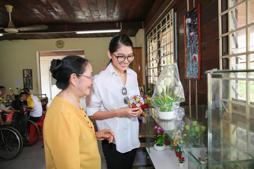 Chưa khỏi hẳn bệnh thủy đậu, Thùy Dung đeo khẩu trang tham gia tổng duyệt đêm chung kết Miss International 2017 - Ảnh 10.
