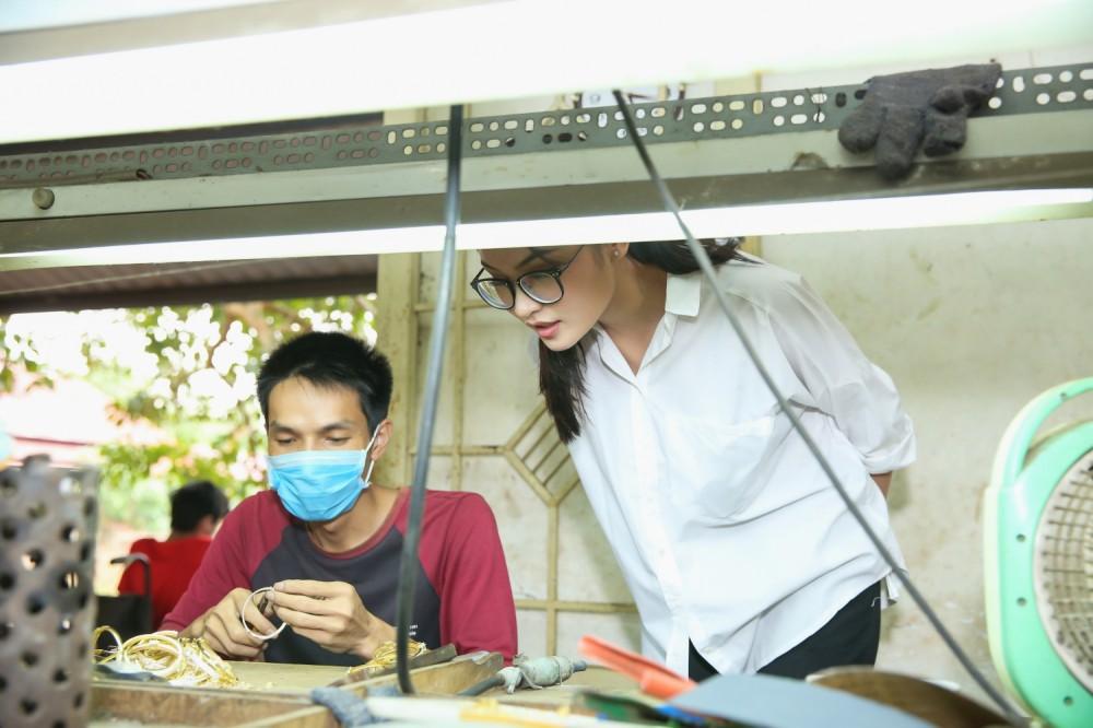 Chưa khỏi hẳn bệnh thủy đậu, Thùy Dung đeo khẩu trang tham gia tổng duyệt đêm chung kết Miss International 2017 - Ảnh 11.