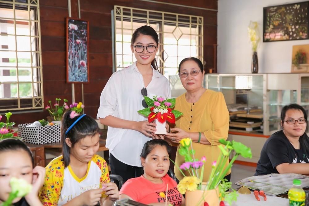 Chưa khỏi hẳn bệnh thủy đậu, Thùy Dung đeo khẩu trang tham gia tổng duyệt đêm chung kết Miss International 2017 - Ảnh 13.