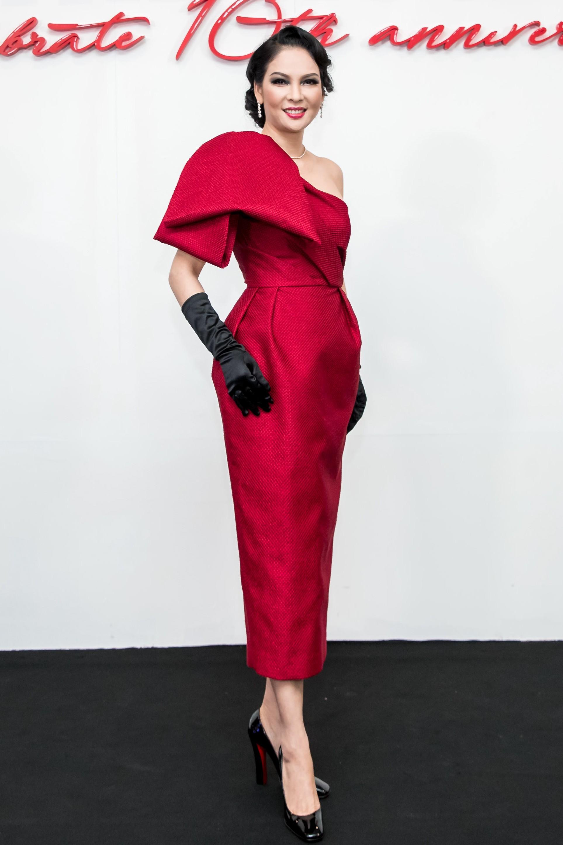Angela Phương Trinh mang cả tổ chim lên đầu, nổi bật giữa dàn mỹ nhân tuyền màu đỏ của NTK Đỗ Mạnh Cường - Ảnh 28.