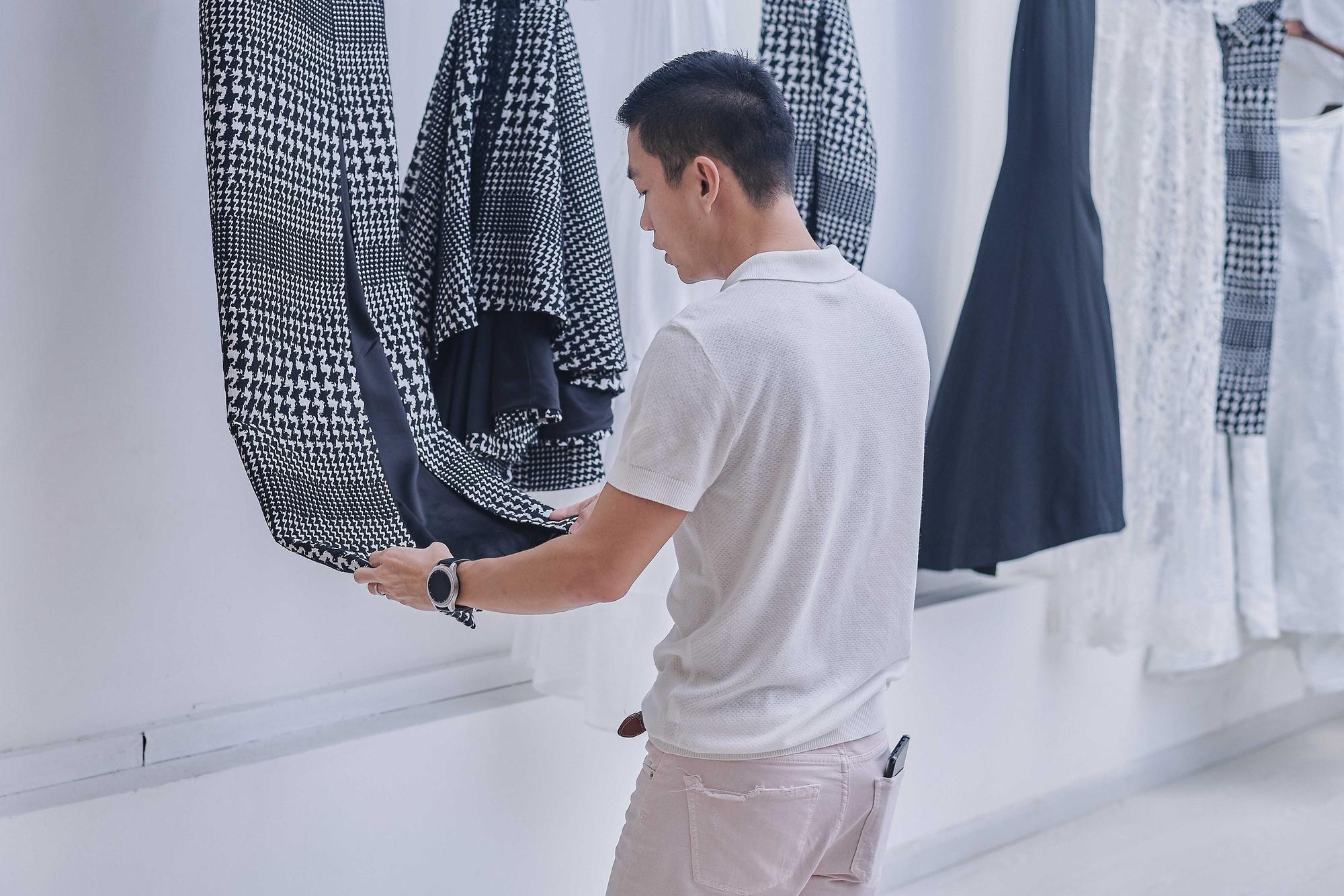 Kỳ Duyên ngày một ra dáng fashion icon, đọ sắc với Phạm Hương trong buổi thử đồ của NTK Adrian Anh Tuấn - Ảnh 15.