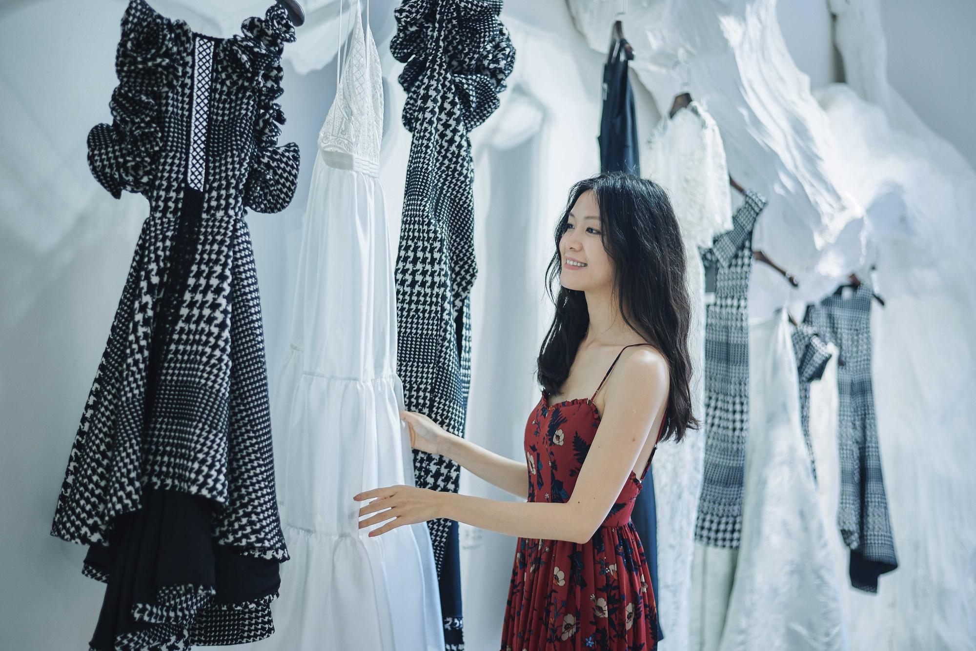 Kỳ Duyên ngày một ra dáng fashion icon, đọ sắc với Phạm Hương trong buổi thử đồ của NTK Adrian Anh Tuấn - Ảnh 12.