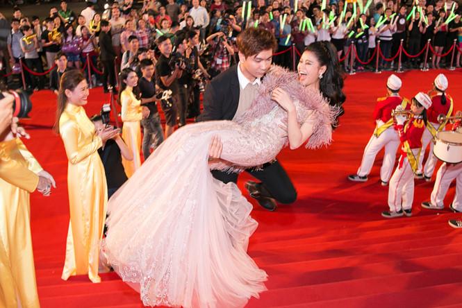Trương Quỳnh Anh - Tim chăm diện thời trang ton-sur-ton nhất mỗi khi song hành trên thảm đỏ - Ảnh 4.