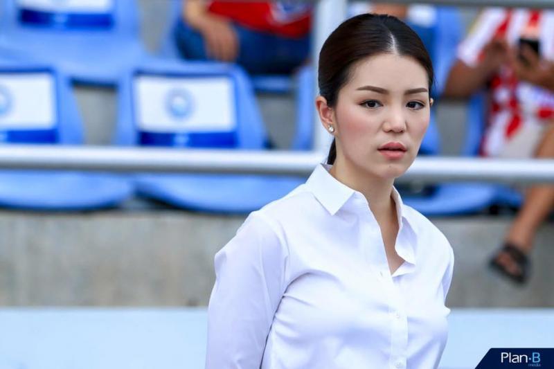 Nhan sắc trưởng đoàn Thái Lan gây sốt ở buổi họp HLV bóng đá SEA Games 29 - Ảnh 10.
