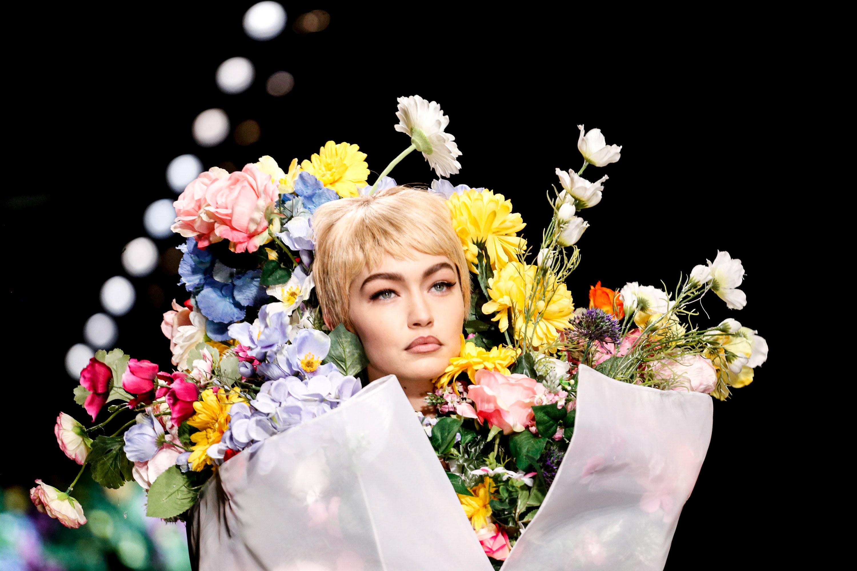 Từ bản phác thảo 1920 đến Tóc Tiên trên Elle 2016 và show Moschino 2018: Thời trang cũng chỉ lặp lại thôi mà! - Ảnh 4.