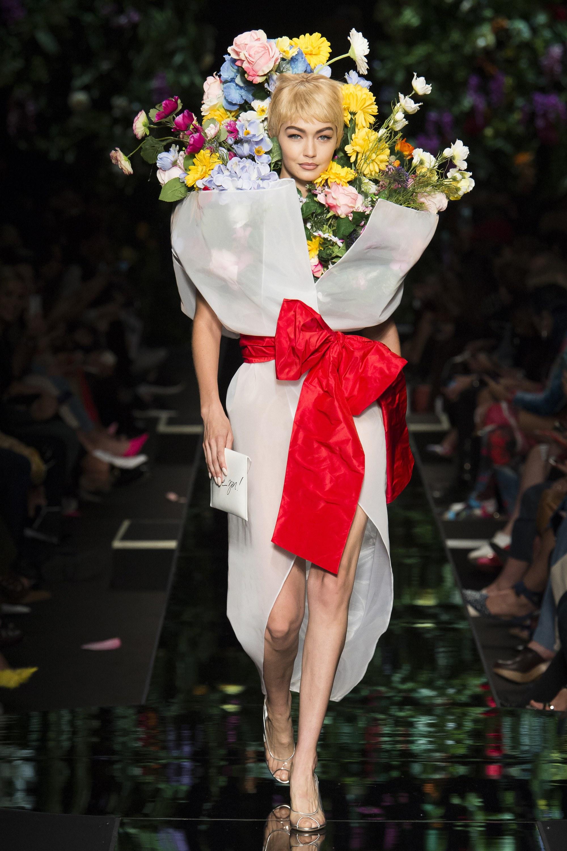 Từ bản phác thảo 1920 đến Tóc Tiên trên Elle 2016 và show Moschino 2018: Thời trang cũng chỉ lặp lại thôi mà! - Ảnh 3.