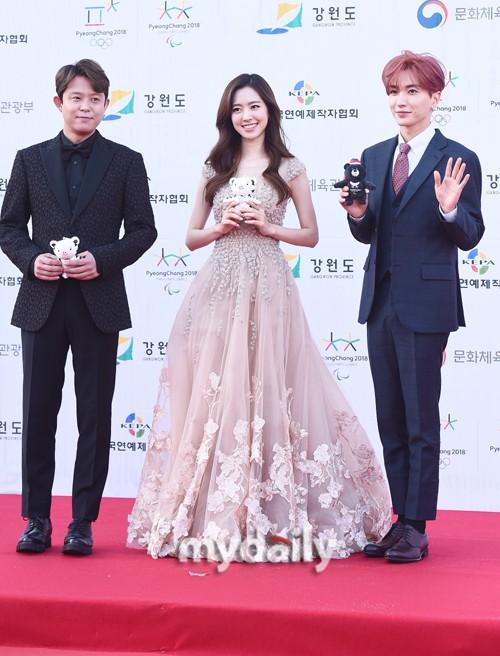 Thảm đỏ Dream Concert: Nữ diễn viên vô danh vượt mặt loạt nữ thần vì quá đẹp, dàn trai xinh gái đẹp Kpop đổ bộ - Ảnh 6.