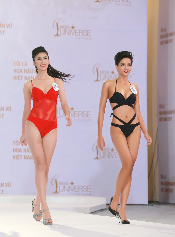 Người đẹp gốc Phi Cẩm Tiên lộ thân hình khá thô khi đi cạnh Mâu Thủy - Ảnh 2.