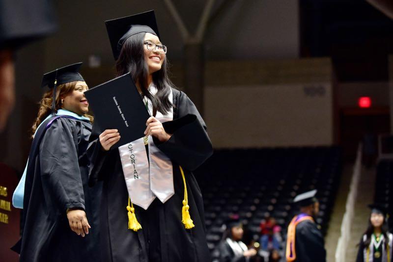 """Từng bỏ học vì rào cản ngôn ngữ, chị em sinh ba người Việt tại Mỹ """"lội ngược dòng ngoạn mục, tốt nghiệp đứng đầu khóa - Ảnh 2."""