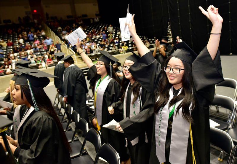 """Từng bỏ học vì rào cản ngôn ngữ, chị em sinh ba người Việt tại Mỹ """"lội ngược dòng ngoạn mục, tốt nghiệp đứng đầu khóa - Ảnh 1."""