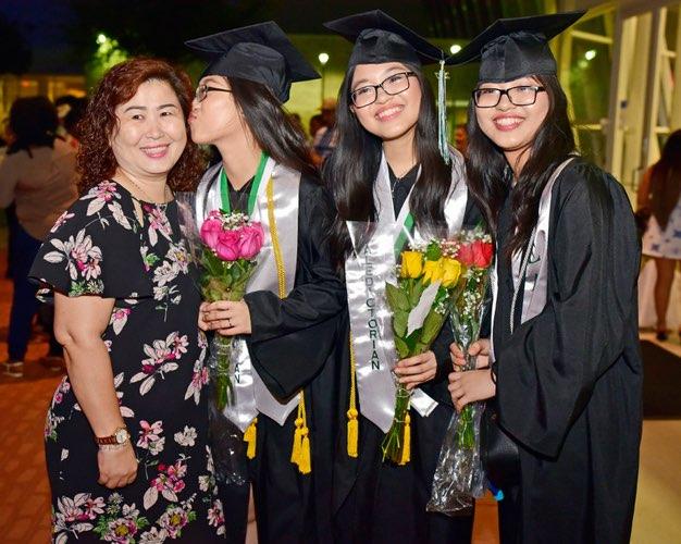 """Từng bỏ học vì rào cản ngôn ngữ, chị em sinh ba người Việt tại Mỹ """"lội ngược dòng ngoạn mục, tốt nghiệp đứng đầu khóa - Ảnh 3."""