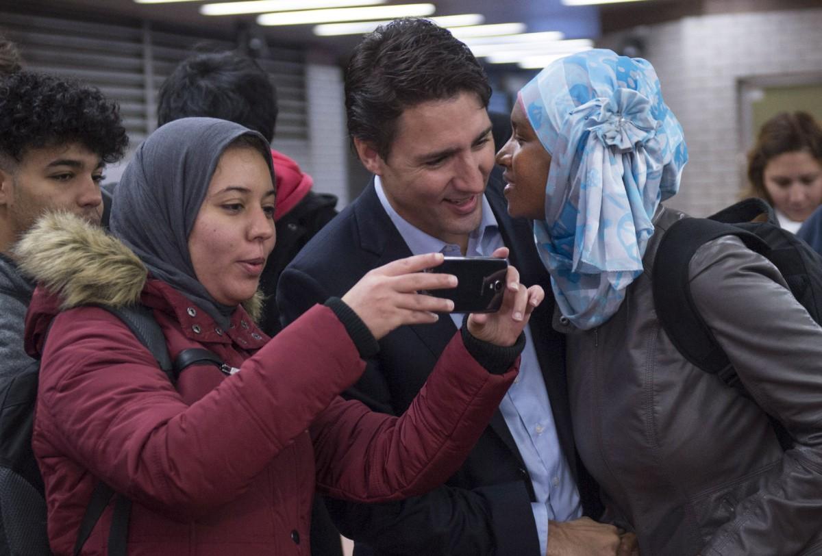 Nổi tiếng bởi vẻ điển trai và lịch lãm, khi đặt chân tới Việt Nam, Thủ tướng Canada lại càng khiến mọi người phải trầm trồ - Ảnh 3.