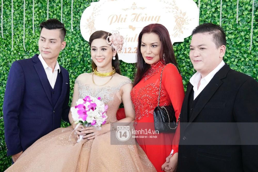 Lâm Khánh Chi hôn đắm đuối chú rể, thay váy đỏ nổi bần bật như công chúa trong lễ cưới - Ảnh 21.