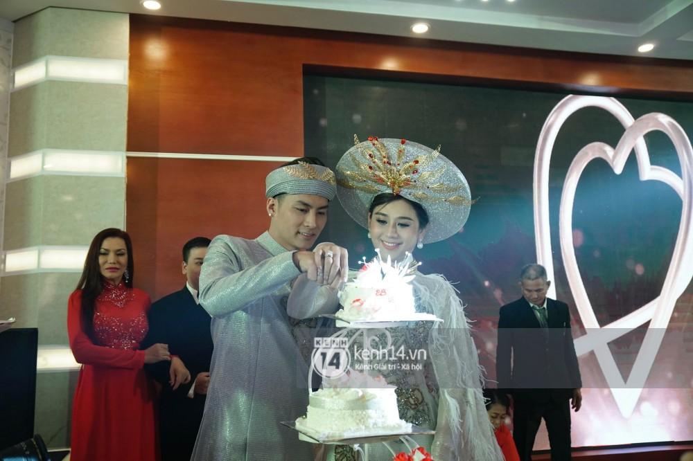Lâm Khánh Chi chơi lớn thay đến 5 bộ váy tà dài quét đất chẳng khác nào đi thảm đỏ sự kiện trong đám cưới - Ảnh 8.