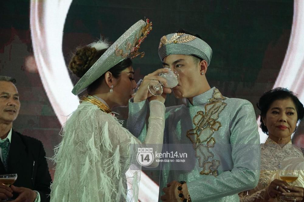 Lâm Khánh Chi hôn đắm đuối chú rể, thay váy đỏ nổi bần bật như công chúa trong lễ cưới - Ảnh 6.