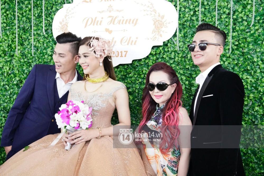Lâm Khánh Chi hôn đắm đuối chú rể, thay váy đỏ nổi bần bật như công chúa trong lễ cưới - Ảnh 20.