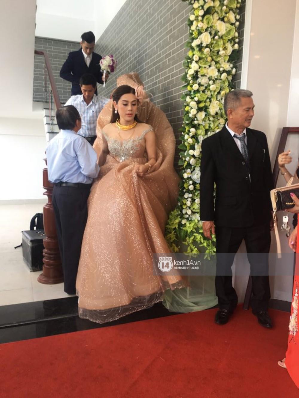 Lâm Khánh Chi chơi lớn thay đến 5 bộ váy tà dài quét đất chẳng khác nào đi thảm đỏ sự kiện trong đám cưới - Ảnh 7.