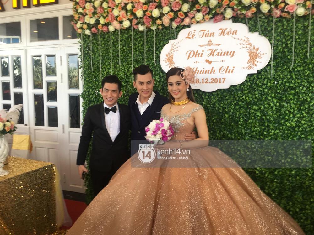 Lâm Khánh Chi hôn đắm đuối chú rể, thay váy đỏ nổi bần bật như công chúa trong lễ cưới - Ảnh 16.