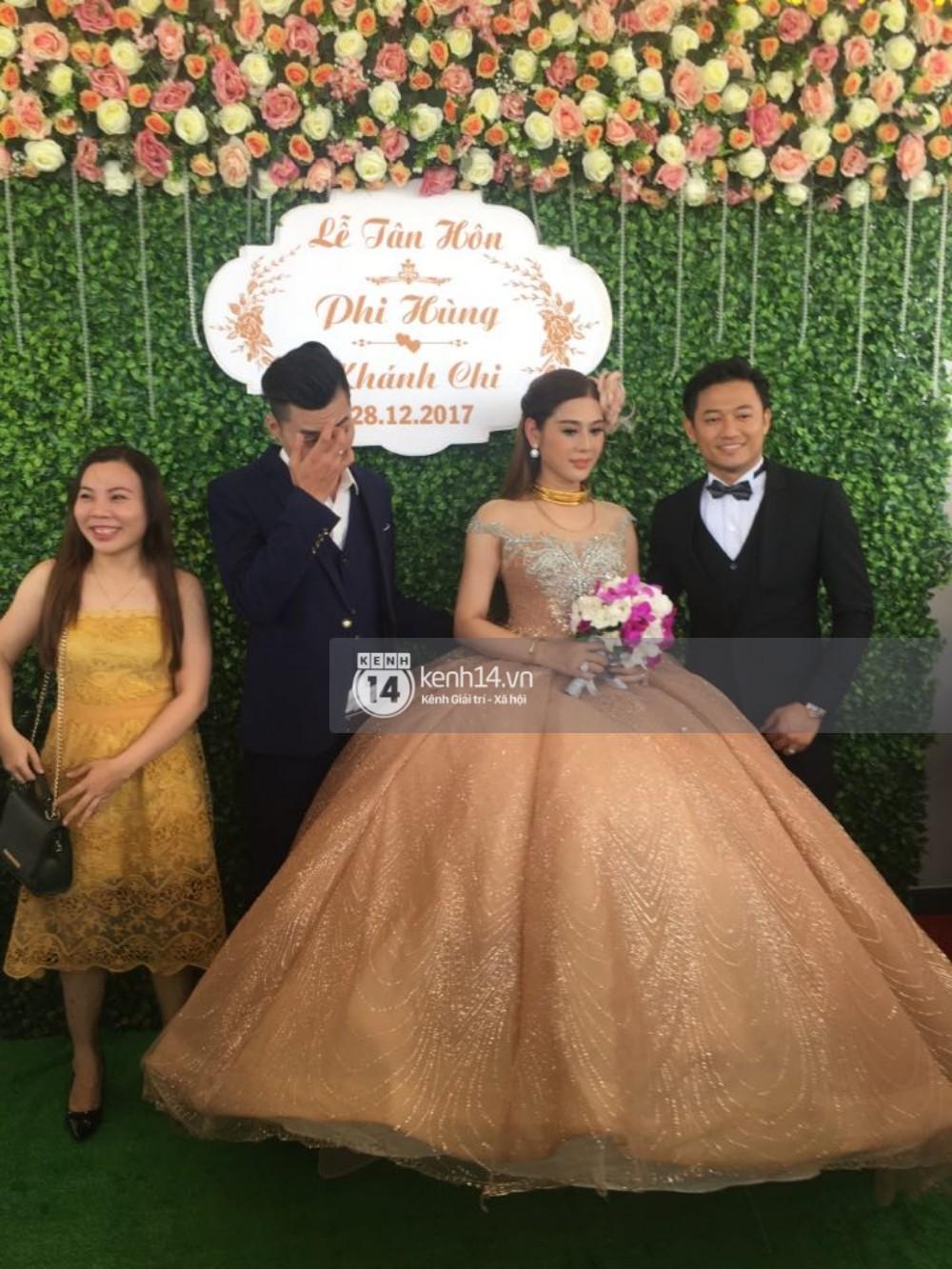 Lâm Khánh Chi hôn đắm đuối chú rể, thay váy đỏ nổi bần bật như công chúa trong lễ cưới - Ảnh 18.