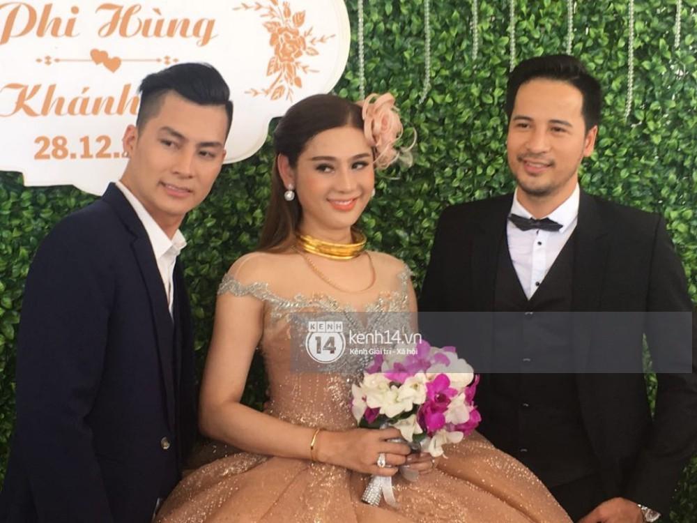 Lâm Khánh Chi hôn đắm đuối chú rể, thay váy đỏ nổi bần bật như công chúa trong lễ cưới - Ảnh 19.