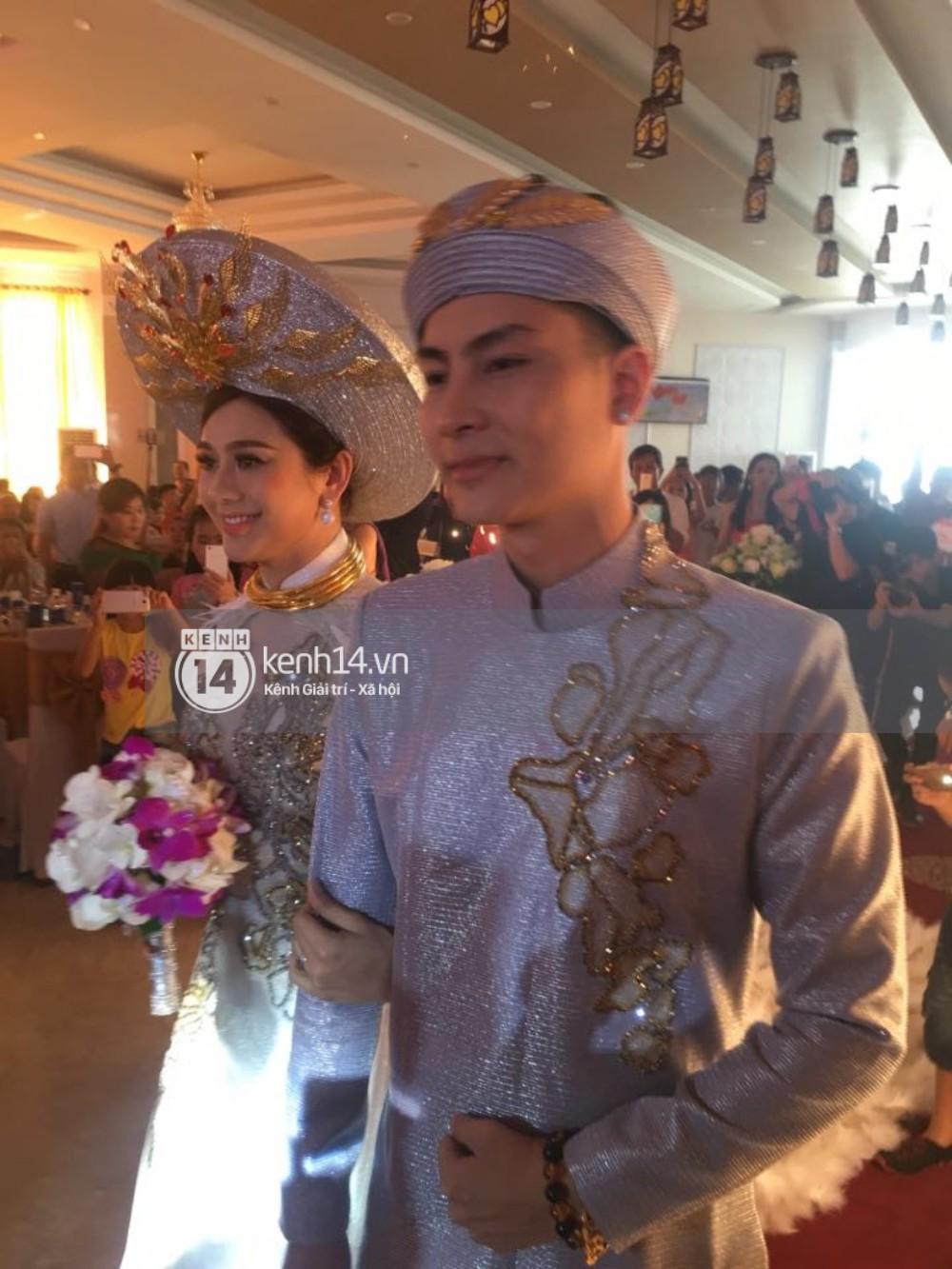 Lâm Khánh Chi hôn đắm đuối chú rể, thay váy đỏ nổi bần bật như công chúa trong lễ cưới - Ảnh 10.