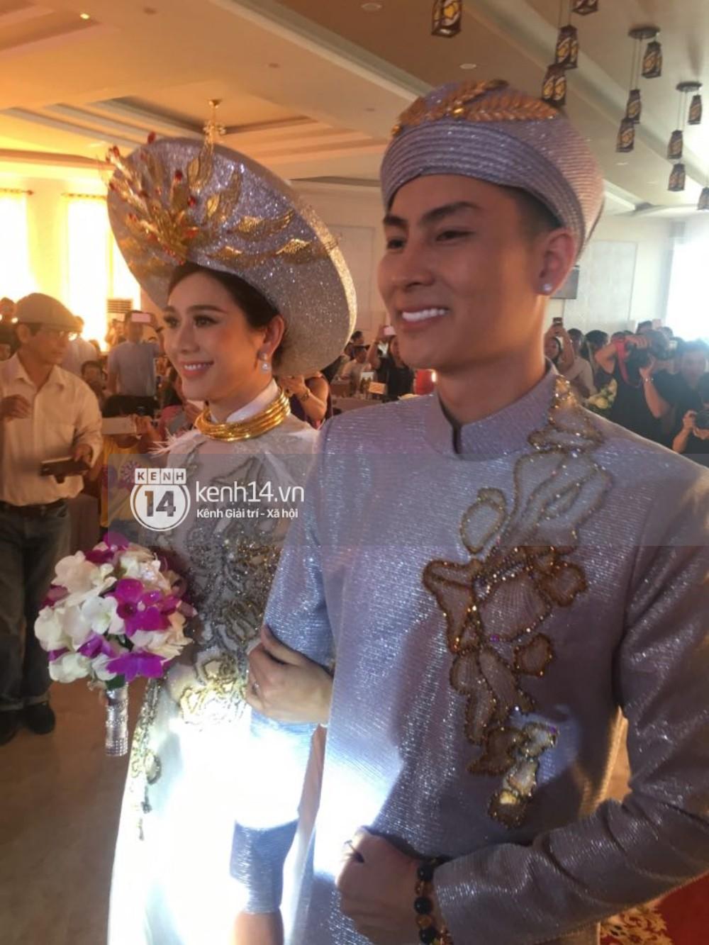 Lâm Khánh Chi hôn đắm đuối chú rể, thay váy đỏ nổi bần bật như công chúa trong lễ cưới - Ảnh 11.
