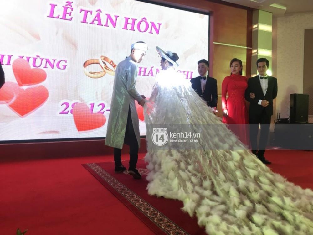 Lâm Khánh Chi hôn đắm đuối chú rể, thay váy đỏ nổi bần bật như công chúa trong lễ cưới - Ảnh 12.