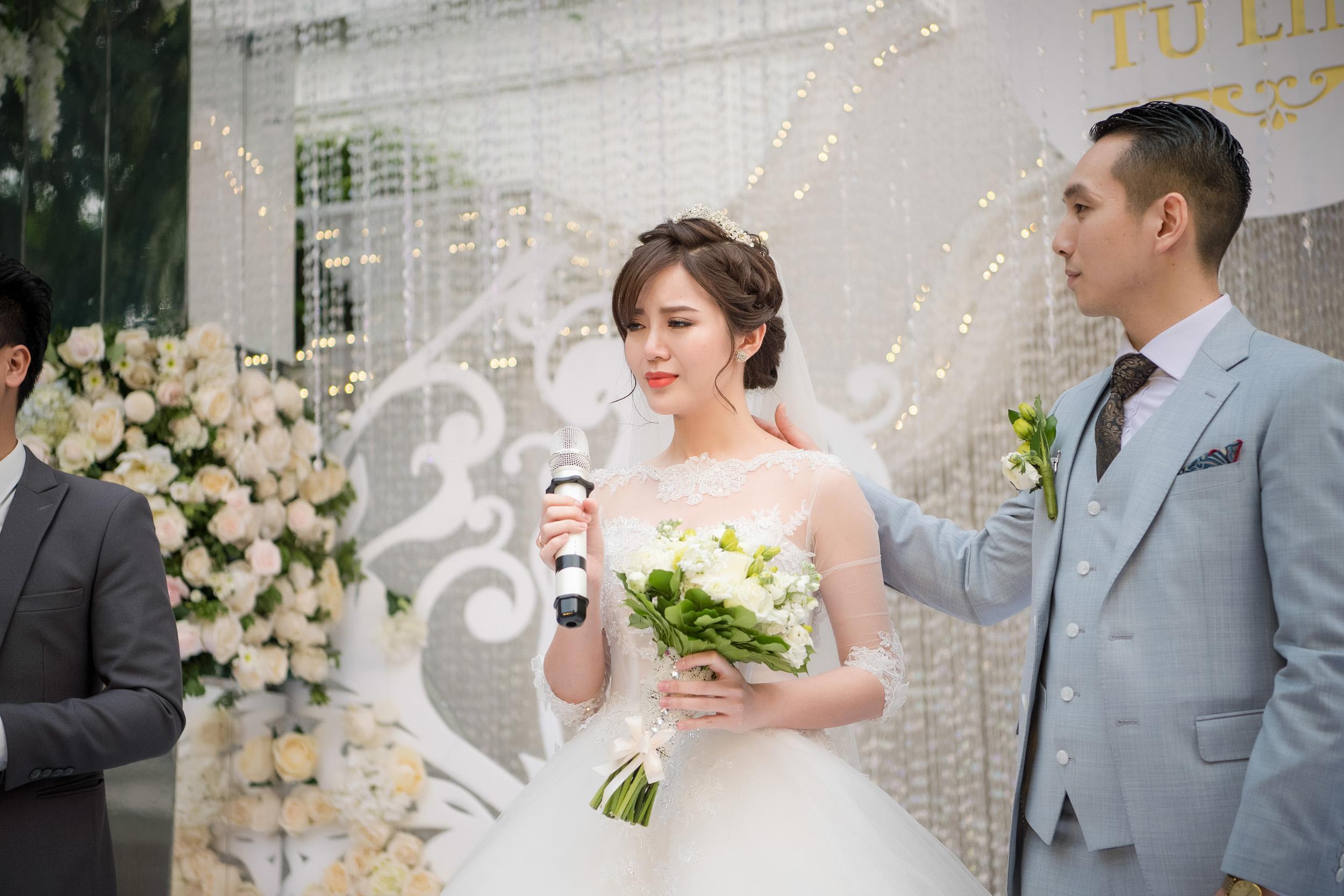 Tú Linh bật khóc cảm ơn bố mẹ chồng trong đám cưới - Ảnh 4.
