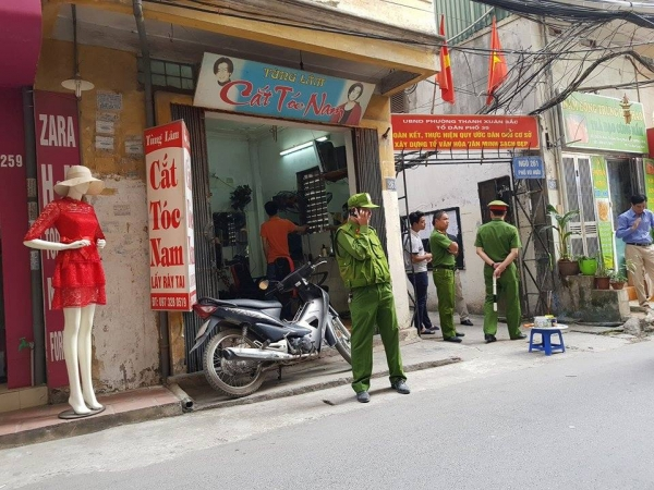 Hà Nội: Bàng hoàng phát hiện người đàn ông treo cổ lơ lửng trên cột điện ở phố Vũ Hữu - Ảnh 1.