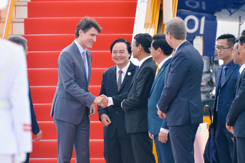 Thủ tướng Canada Justin Trudeau rạng rỡ vẫy chào khi đáp chuyến bay xuống Đà Nẵng - Ảnh 4.
