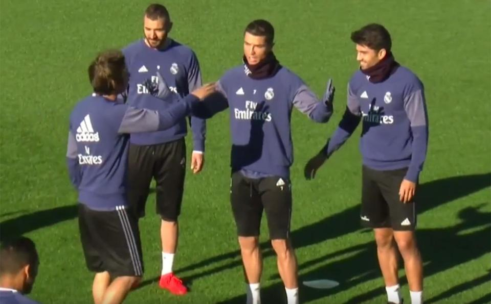 Ronaldo tung cước vào mặt đồng đội trên sân tập - Ảnh 2.