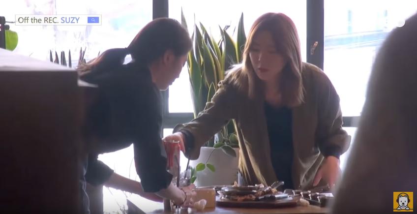 Là sao hạng A, Suzy vẫn sẵn sàng làm bồi bàn để giúp đỡ bạn - Ảnh 3.