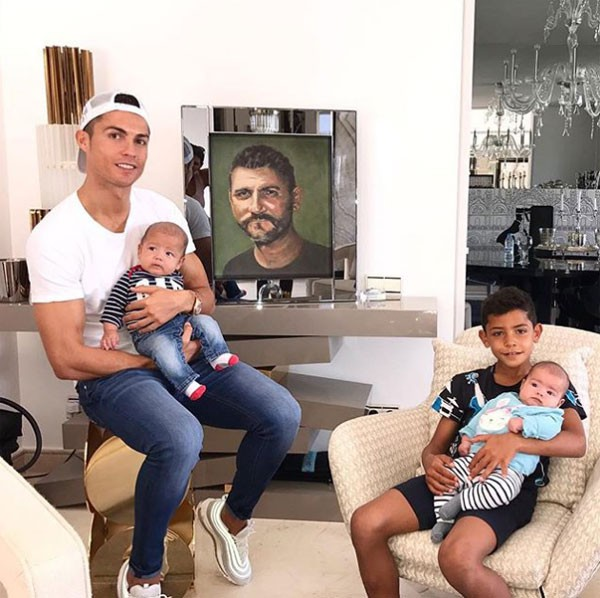 Ronaldo phải chật vật mới khiến cậu con trai lớn Cristiano Jr ngồi ăn tối - Ảnh 1.
