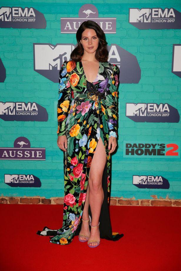 Thảm đỏ EMA 2017: Demi Lovato chỉ mặc mỗi áo vest che vòng 1, áp đảo dàn sao nữ về độ sexy - Ảnh 7.