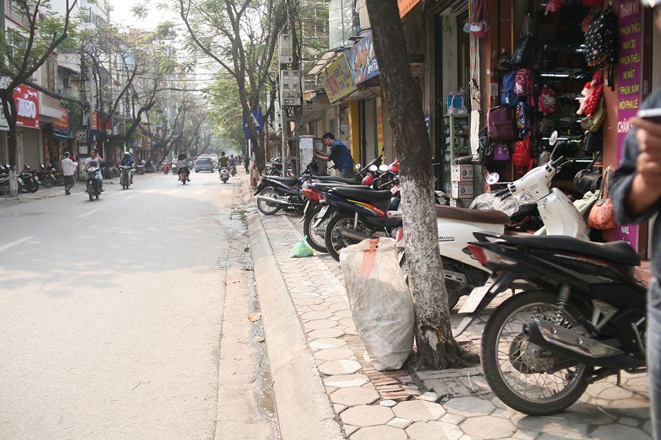 Chùm ảnh: Kẻ vạch phân cách, vỉa hè dành cho người đi bộ ở Hà Nội chỉ còn... 30cm - Ảnh 8.