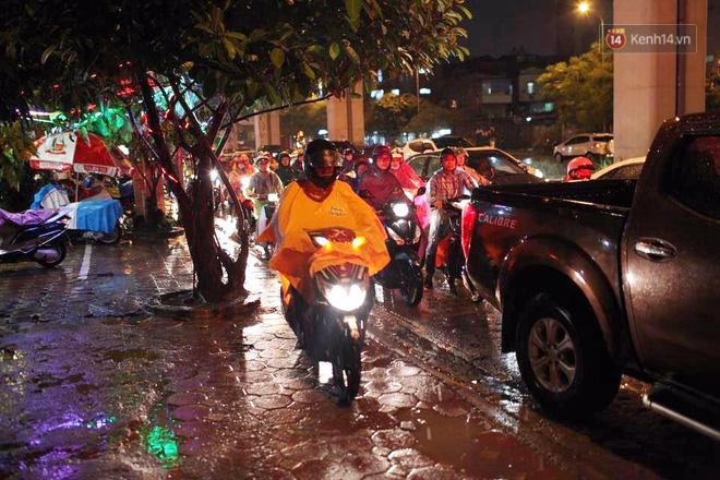 Hà Nội: Tắc đường kinh hoàng giờ tan tầm sau mưa lớn, di chuyển 3km cũng mất tới 1 tiếng đồng hồ! - Ảnh 4.