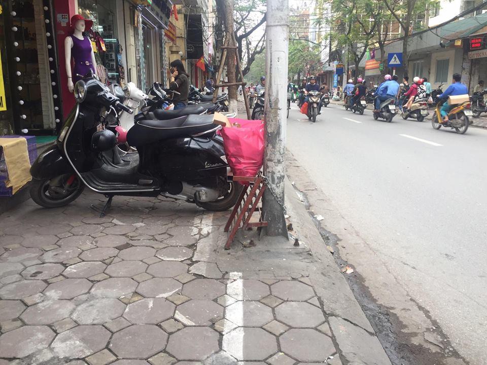 Chùm ảnh: Kẻ vạch phân cách, vỉa hè dành cho người đi bộ ở Hà Nội chỉ còn... 30cm - Ảnh 5.