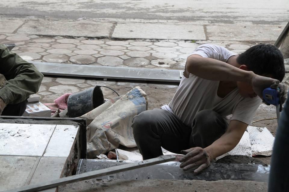 Thay vì lấn chiếm vỉa hè, nhiều người dân Hà Nội đã xây bậc tam cấp lùi vào trong nhà - Ảnh 3.