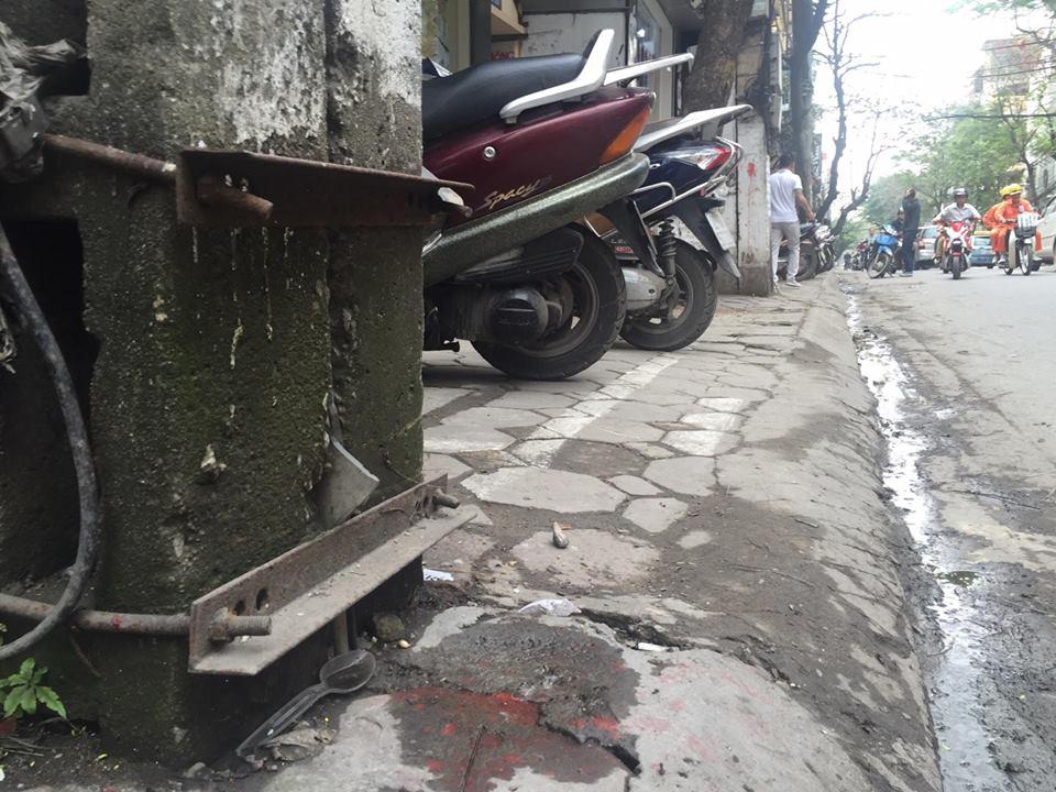 Chùm ảnh: Kẻ vạch phân cách, vỉa hè dành cho người đi bộ ở Hà Nội chỉ còn... 30cm - Ảnh 7.