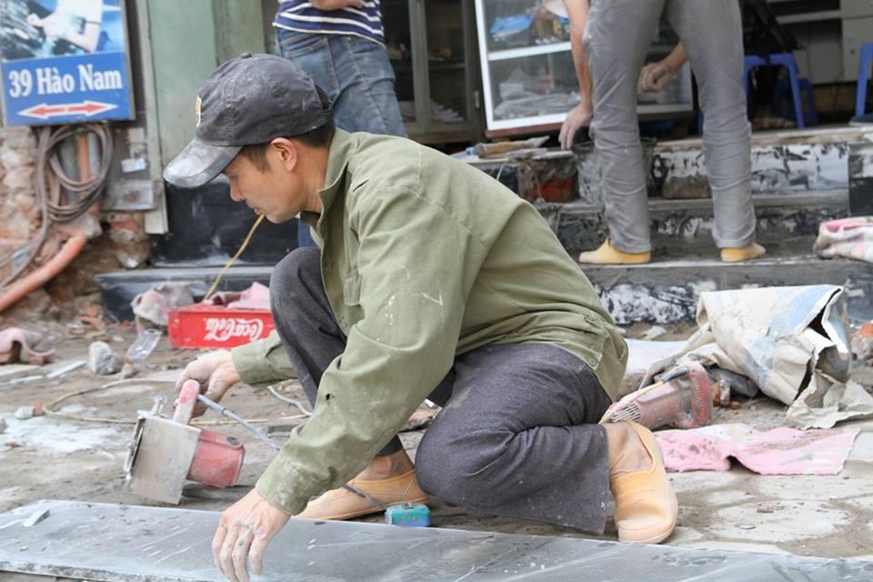 Thay vì lấn chiếm vỉa hè, nhiều người dân Hà Nội đã xây bậc tam cấp lùi vào trong nhà - Ảnh 5.