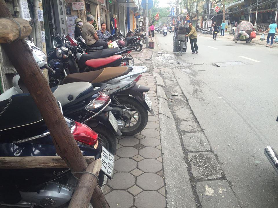 Chùm ảnh: Kẻ vạch phân cách, vỉa hè dành cho người đi bộ ở Hà Nội chỉ còn... 30cm - Ảnh 1.