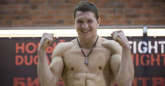 Chơi trò tiểu nhân, võ sĩ MMA bị CĐV quây đánh hội đồng - Ảnh 2.