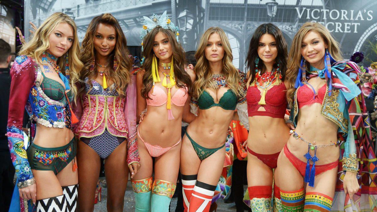 Hậu trường Victorias Secret Fashion Show: Thiên thần đấu đá nhau giành đồ, người thì bị đuổi vì nói xấu Taylor Swift - Ảnh 1.