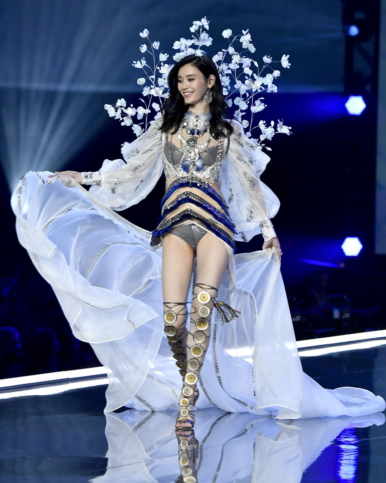 HOT: Victorias Secret Fashion Show 2017 đẹp ngoài sức tưởng tượng, Lais Ribeiro quá lộng lẫy với Fantasy Bra 2 triệu USD - Ảnh 25.