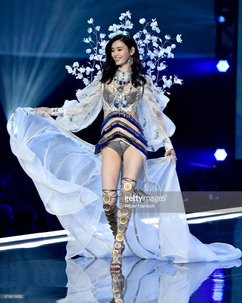Victorias Secret Fashion Show 2017: Ming Xi bất ngờ ngã sấp mặt khi đang trình diễn - Ảnh 6.