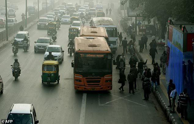 Người đàn ông bị cảnh sát bắt vì đi tất quá thối trên xe bus - Ảnh 1.