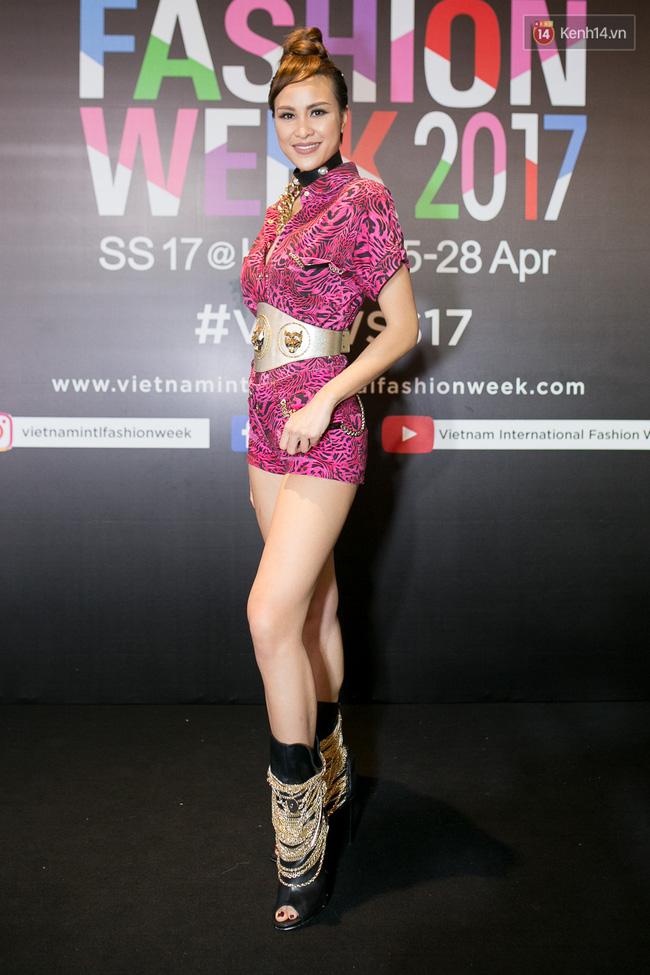 Và đây là 10 tai nạn thời trang khó quên nhất trên thảm đỏ VIFW 2017 vừa qua! - Ảnh 3.